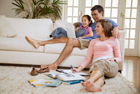 La famille sur le divan