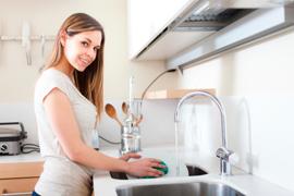 Les astuces écolos pour faire la vaisselle sans détergent