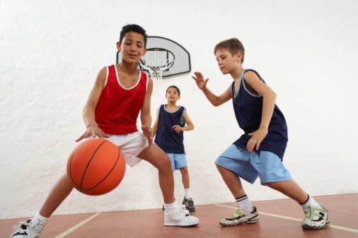 Les enfants commencent par grandir, et c'est seulement plus tard que leurs os se renforcent grâce aux minéraux. Bien manger, bien dormir et faire du sport devient très important à l'adolescence.